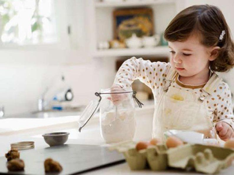 Мама готовит? Малыш помогает! post thumbnail image